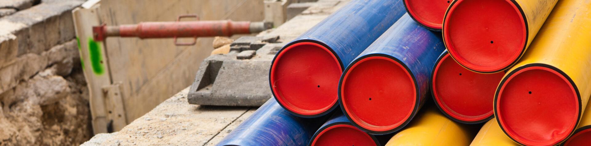 Gas- und Wasserrohre aus Kunststoff mit roten Verschlusskappen